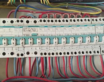 配电箱必须配备总开关后配照明再配漏电保护器