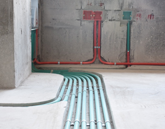 所有线管、水管必须用管卡固定